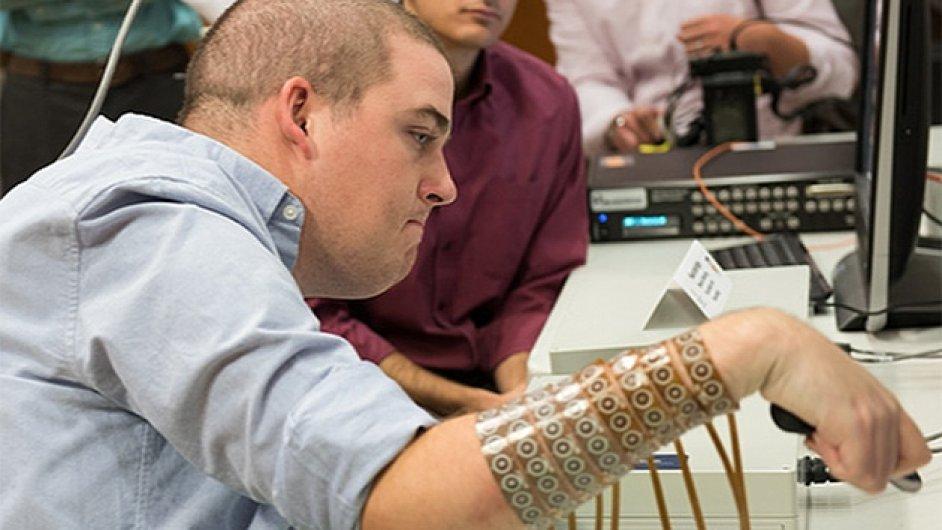 Ochrnutý student se mohl znovu hýbat díky čipu v mozku.