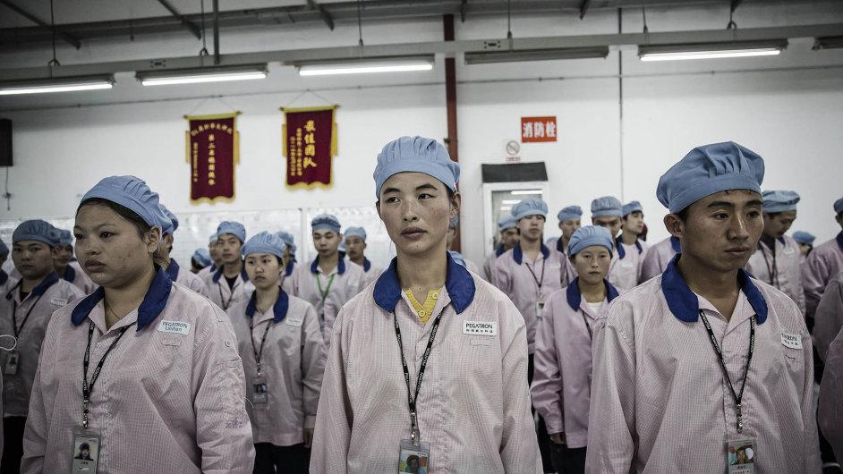 Zaměstnanci šanghajské fabriky Pegatron Corp. při nástupu na směnu.