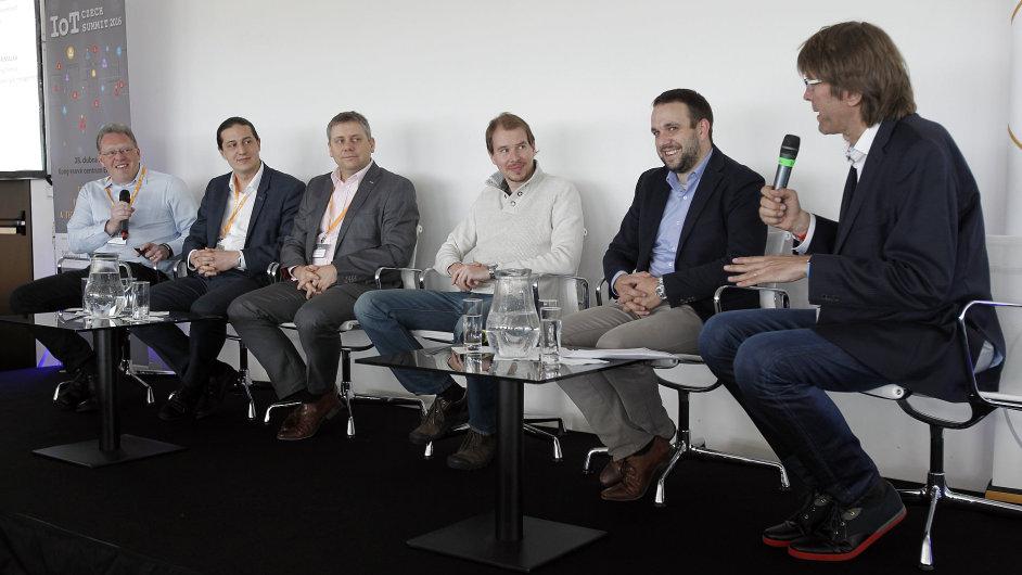 Czech IoT Summit 2016 v Erbia Congress Centru. Zleva Petr Foltýn (Solidus Tech), Tomáš Pluhařík (PwC), Petr Sichrovský (ČRa), Vít Prajzler (Loriot), Filip Dřímalka (EF1) a moderátor Miloš Čermák (HN).