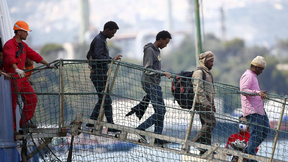 Migranti vystupují z lodi na Sicílii