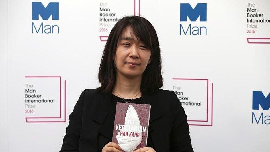 Pětačtyřicetiletá Han Kang je první Korejkou, která obdržela Mezinárodní Man Bookerovu cenu.