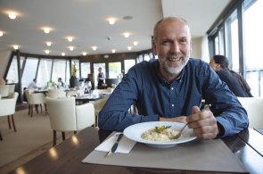V hlavn� roli ch�est: V plovouc� restauraci Grosseto Marina jsme poob�dvali s Liborem Mertlem