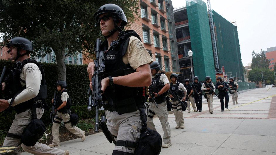Policie v Los Angeles pátrá po útočníkovi, který střílel na místní univerzitě.