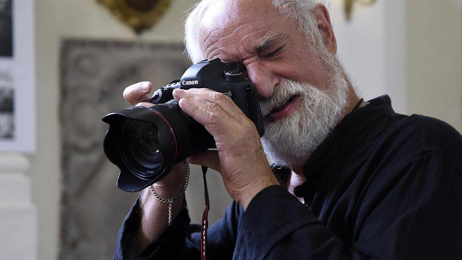 V šenovském kostele Prozřetelnosti Boží na Ostravsku byly zahájeny tři výstavy fotografa Jindřicha Štreita. Sám autor pokřtil svou novou knihu věnovanou právě šenovskému kostelu.