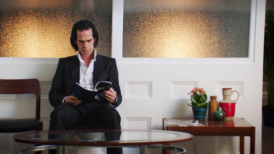 Česká kina promítala již druhý film, vněmž účinkuje zpěvák Nick Cave. Vedva roky starém titulu Nick Cave: 20 000 dní naZemi (na snímku) se ještě mihl jeho syn Arthur.