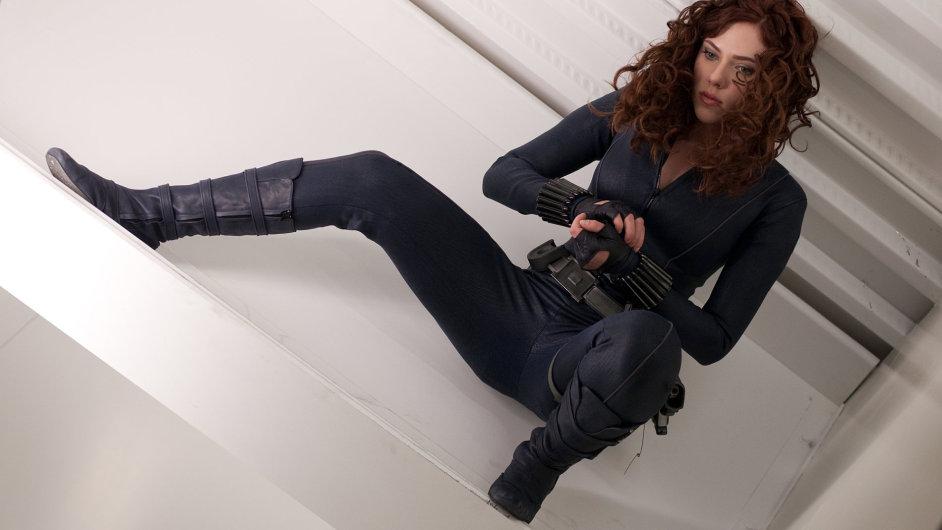 Ve snímcích společnosti Marvel hraje Scarlett Johanssonová postavu zvanou Černá vdova (na snímku je z Iron Mana 2).