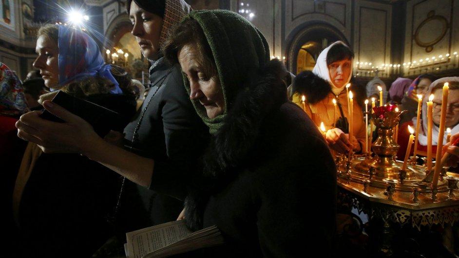 Věřící na mši v katedrále v Moskvě.