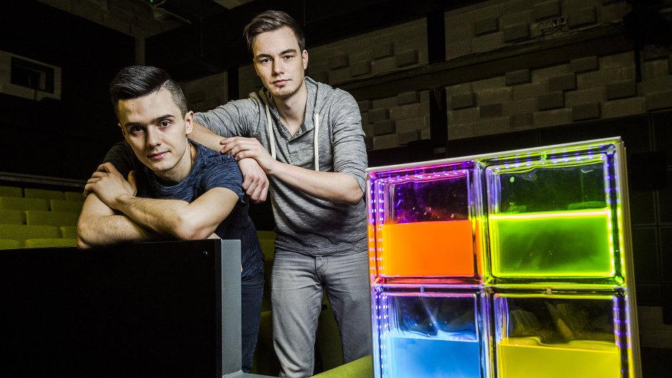 Autoři projektu ChemLight Denis Havlena (vlevo) a Jakub Špaček.