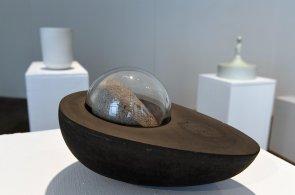 Galerie Kvalitář vystavuje urny českých designérů. Některé jsou pro páry, ty čedičové mají vydržet věčně