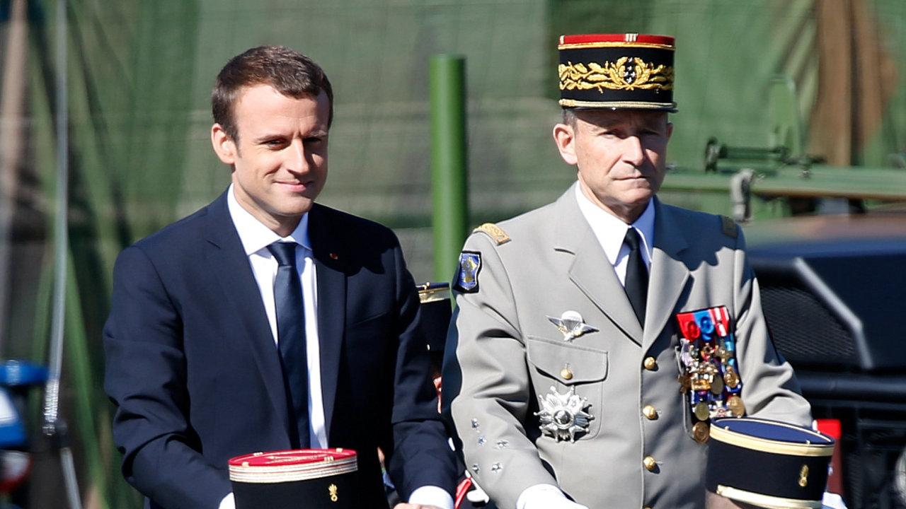 Francouzský prezident Emmanuel Macron (vlevo) spolu s generálem Pierrem de Villiersem.