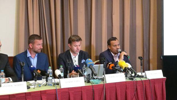 Lukáš Váňa, Marek Pavlas a George Kisugite na tiskové konferenci k zákazu billboardů u dálnic