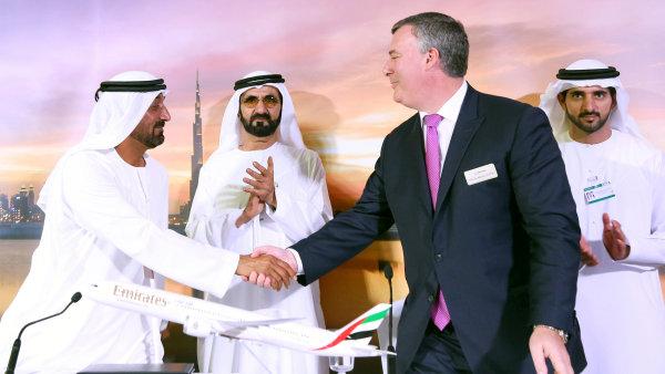 Šéf Emirates šajch Ahmad bin Saíd Maktúm (vlevo) a šéf Boeingu Kevin McAllister po uzavření dohody.