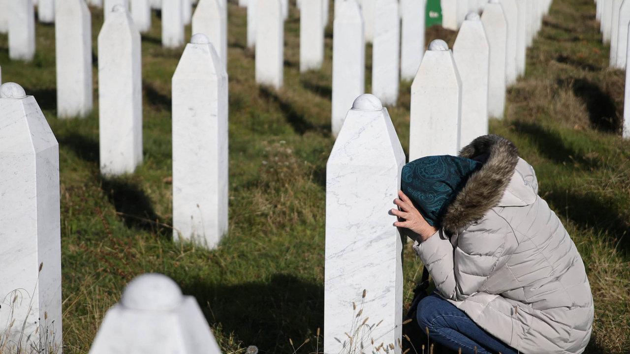 Žena truchlí u památníku srebrenické genocidy v obci Potočari ve východní Bosně.