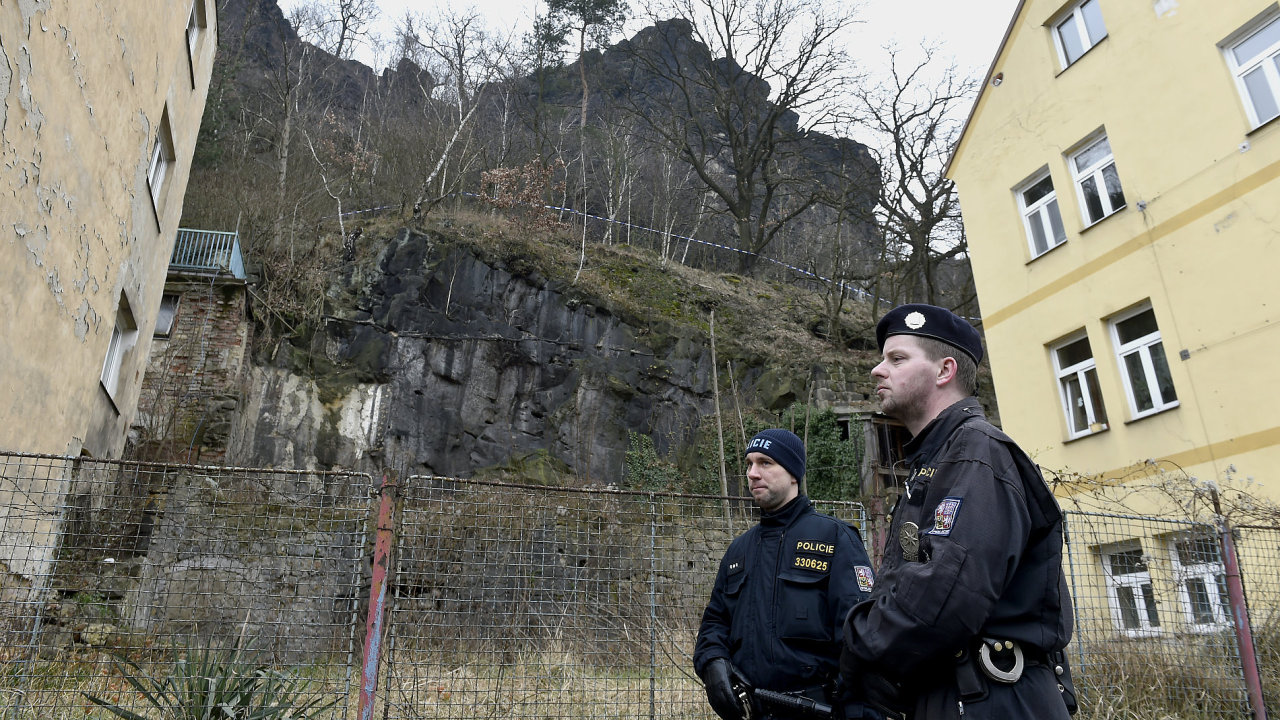 Uvolněný skalní masiv ohrožuje domy v Teplické ulici v Děčíně.