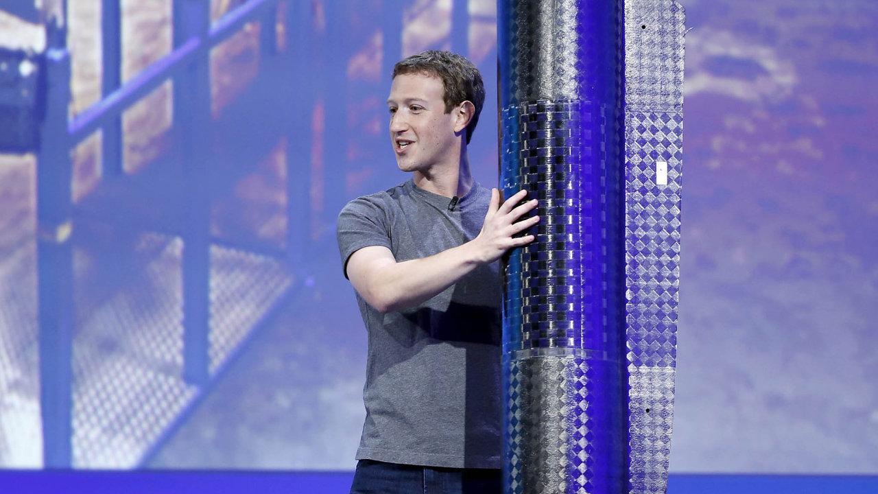 Američtí i evropští zákonodárci požadují po generálním řediteli Facebooku Marku Zuckerbergovi, aby vysvětlil, co společnost o úniku dat věděla.
