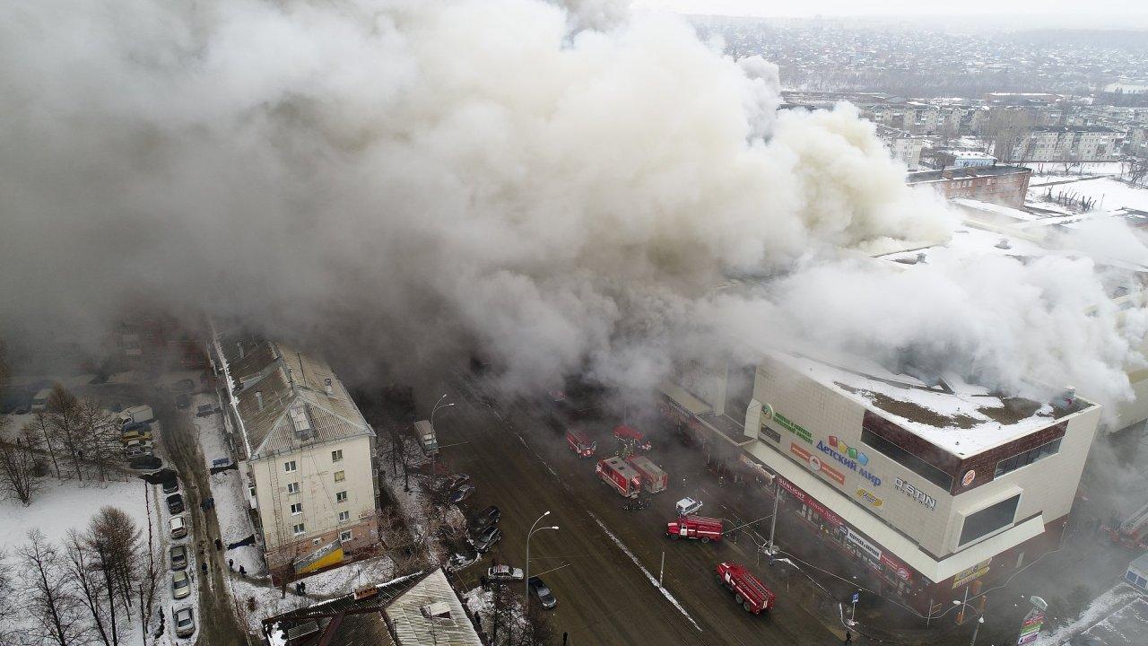 Požár obchodního domu v ruském městě Kemerovo.