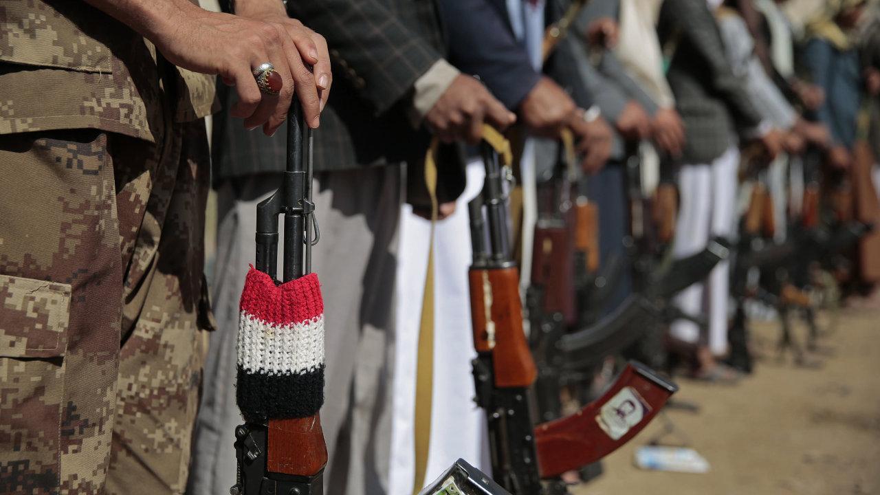 Příznivci věrní hnutí Houthi drží své zbraně, aby podpořili probíhající mírové rozhovory o Jemenu v Sanaa.