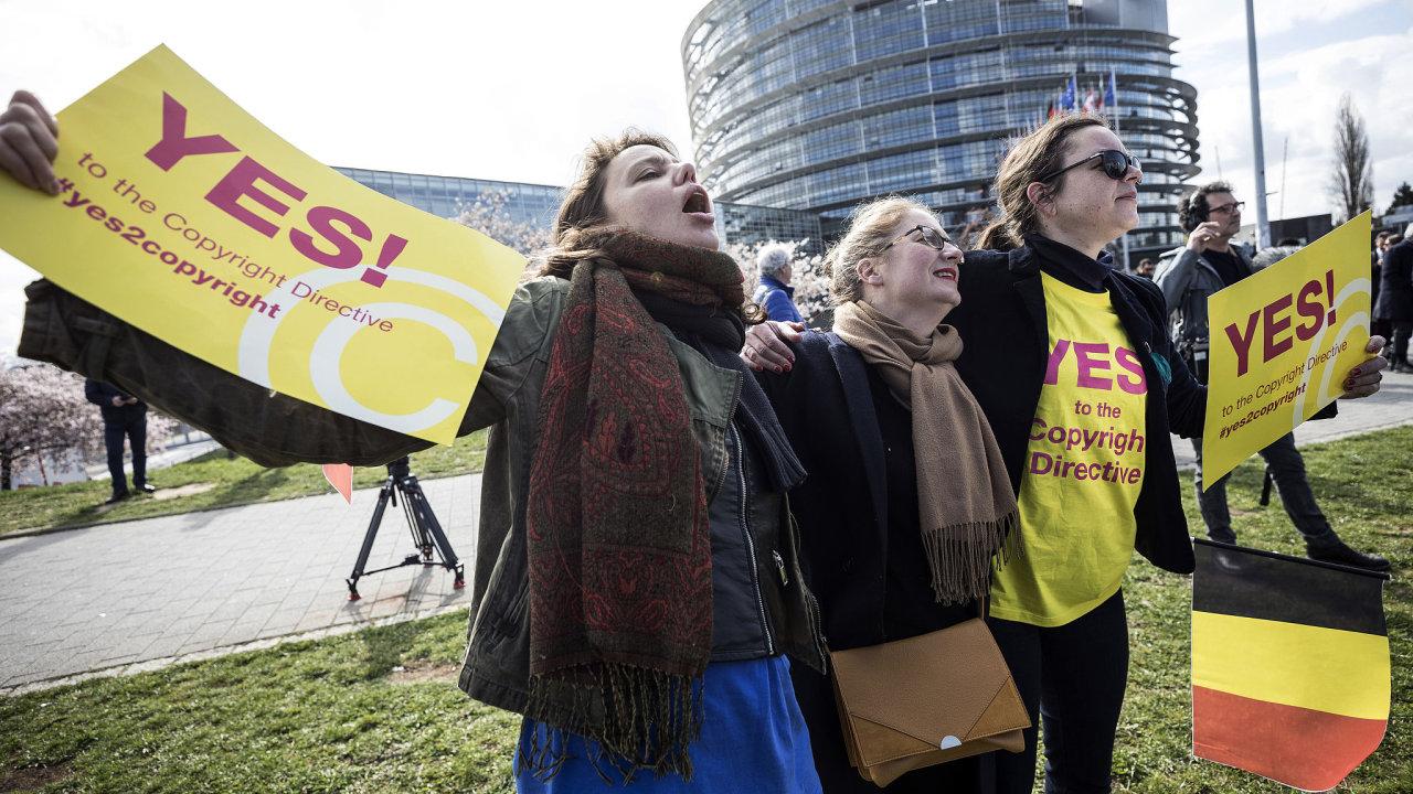 Před sídlem Evropského parlamentu se v úterý sešly desítky umělců, aby podpořily návrh nové směrnice o užívání autorských děl na internetu.