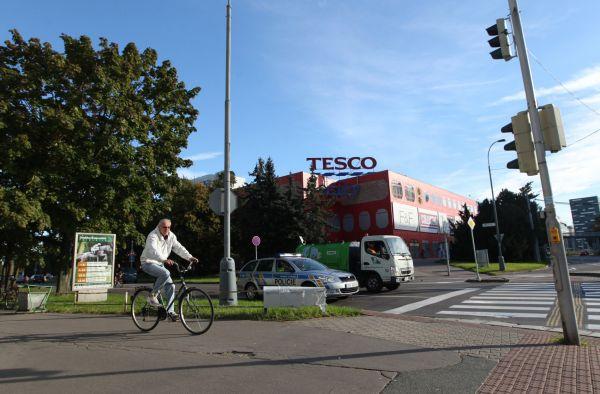 Pardubice, Tesco, cyklista