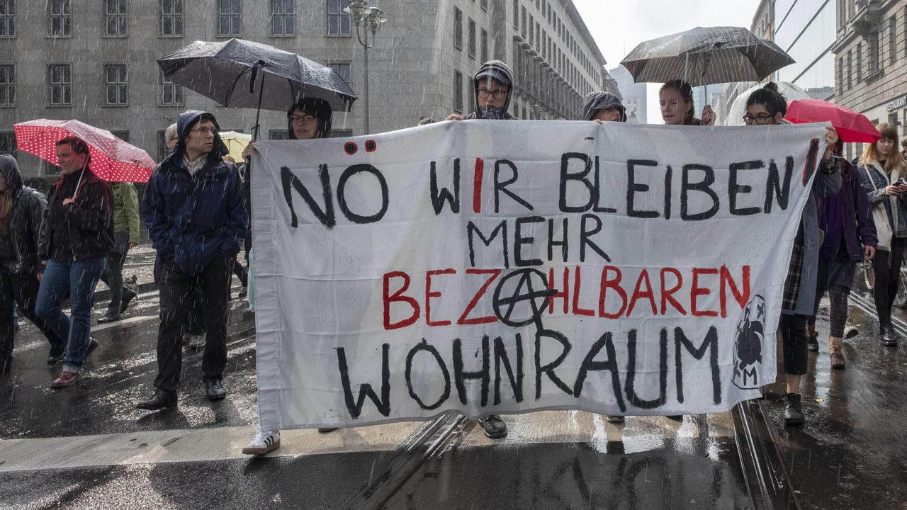 Vněmecké metropoli stouply za posledních deset let ceny nájmů o 90 procent. Berlínská iniciativa Vyvlastnit Deutsche Wohnen aspol. chce vyvlastnit zhruba čtvrt milionu bytů.