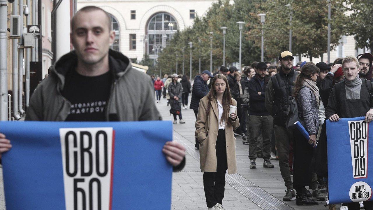 Stovky lidí stály frontu, aby mohly chvíli postát před prezidentskou kanceláří splakáty žádajícími osvobození Pavla Ustinova.