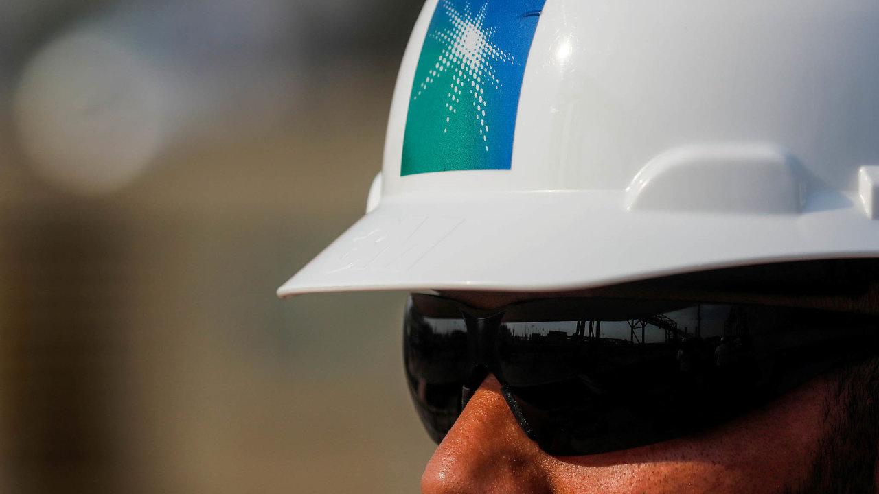 Logo Saudi Aramco na helmě jednoho ze zaměstnanců. Koupí si i on akcie saúdskoarabského ropného gigantu?