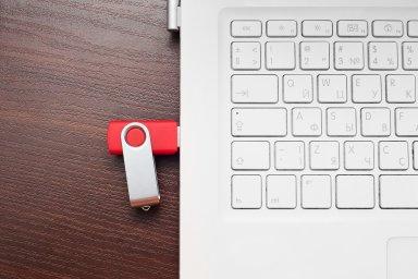 Nejrizikovějším chováním při sdílení pracovních souborů je využívání USB pamětí