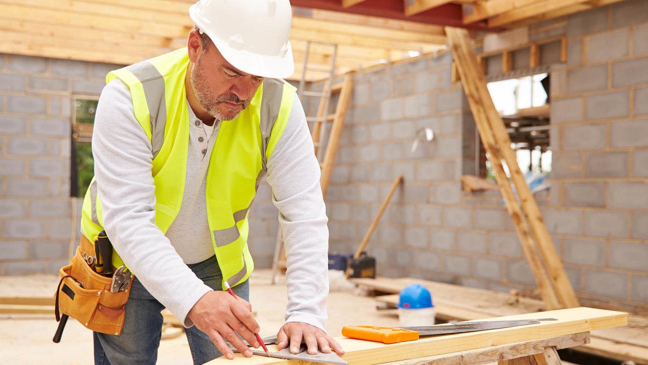 Hurá do spoření. Stavební spořitelny se předhánějí s nabídkami pro své potenciální klienty.