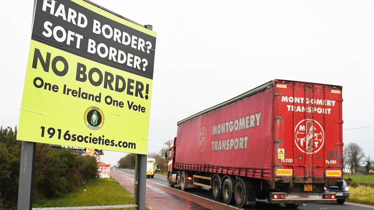 Žádná hranice. Severoirové brojili proti zavedení kontrol na obnovených hranicích s Irskem a Británie rozhodla, že hranice nevznikne. Kontroly budou už na jejím území.