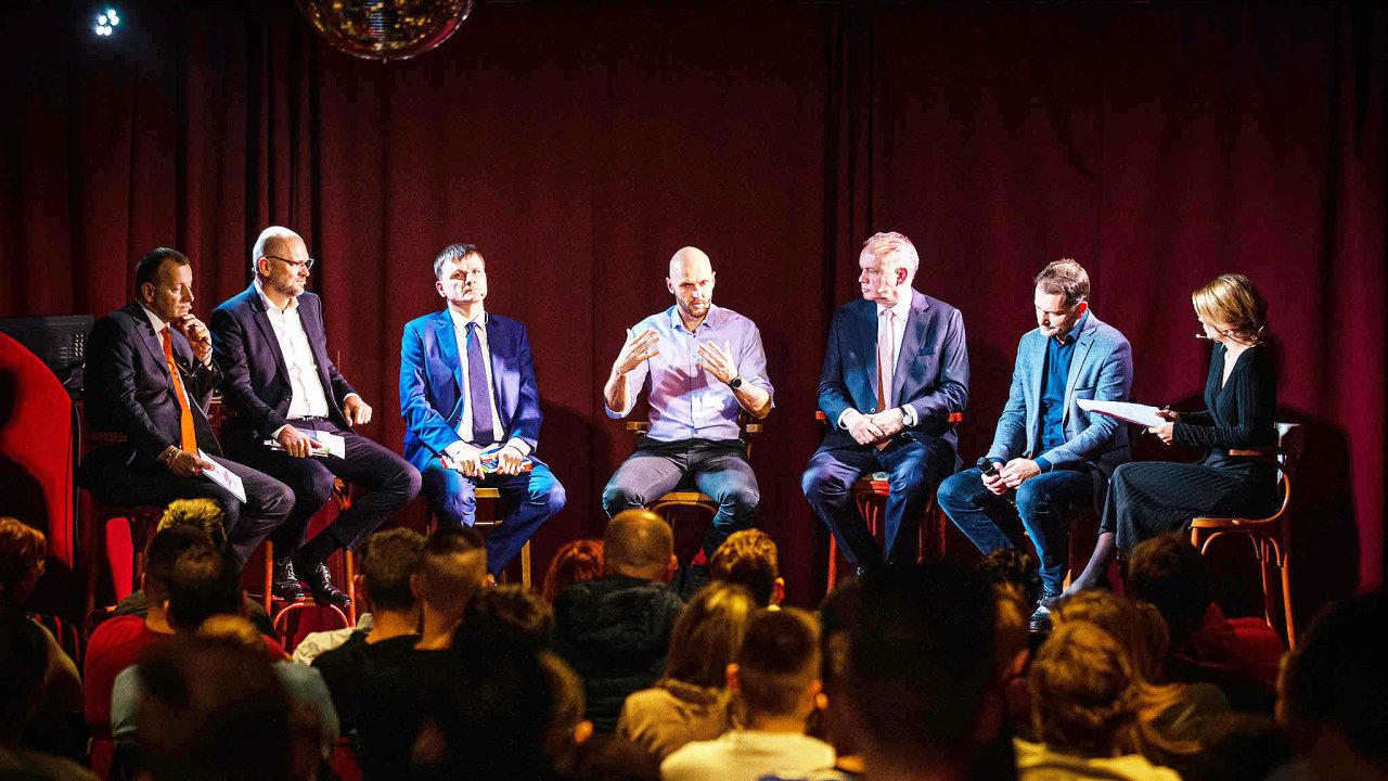 Opoziční představitelé. Zleva debatují Boris Kollár, Richard Sulík, Alojz Hlina, Michal Truban, Andrej Kiska aIgor Matovič smoderátorkou Zuzanou Kovačič Hanzelovou.