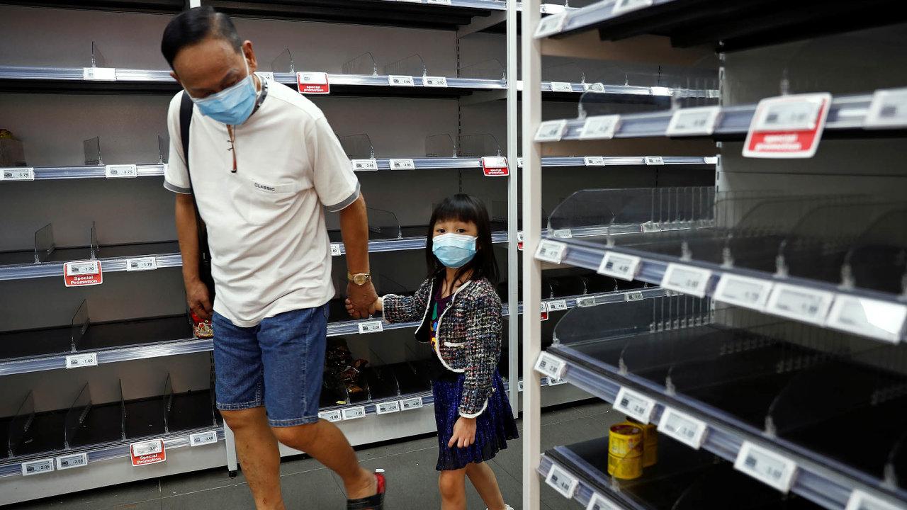 Prázdné obchody. Lidé včínských rizikových oblastech chodí minimálně do obchodů, ovšem izboží je kvůli omezené výrobě idodávce málo.