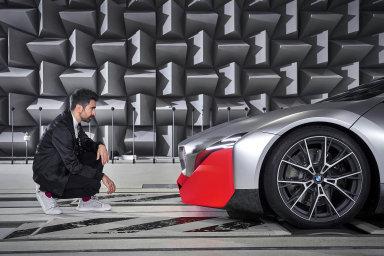 Skladatel, zvukový návrhář a akustický inženýr Renzo Vitale odroku 2015 pro automobilku BMW vymýšlí zvuky, které vozy mnichovské značky vydávají, včetně těch pro elektroauta. Aby byla slyšet.
