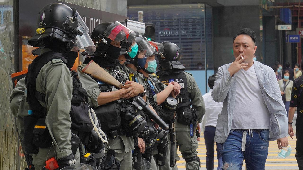 Robocopové vulicích. Hongkongská policie se snaží potlačit demonstrace vsamotném zárodku.