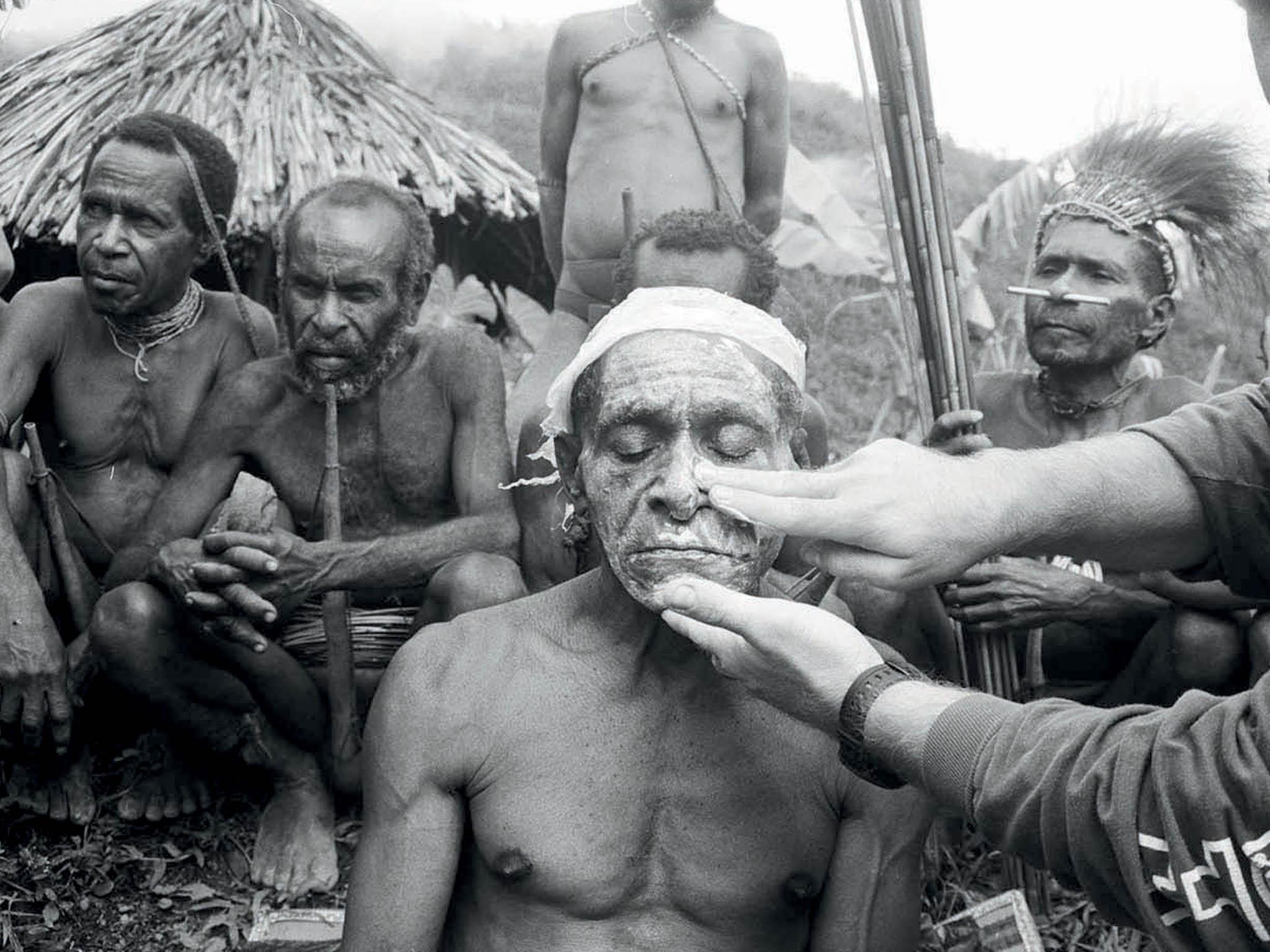 Odroku 1997 uskutečnili Barbora Šlapetová aLukáš Rittstein celkem jedenáct výprav doZápadní Papuy aPapuy Nové Guineje. Cílem těchto cest byla umělecká perspektiva vyjadřující zázrak setkání dvou světů oddělených odsebe příko...