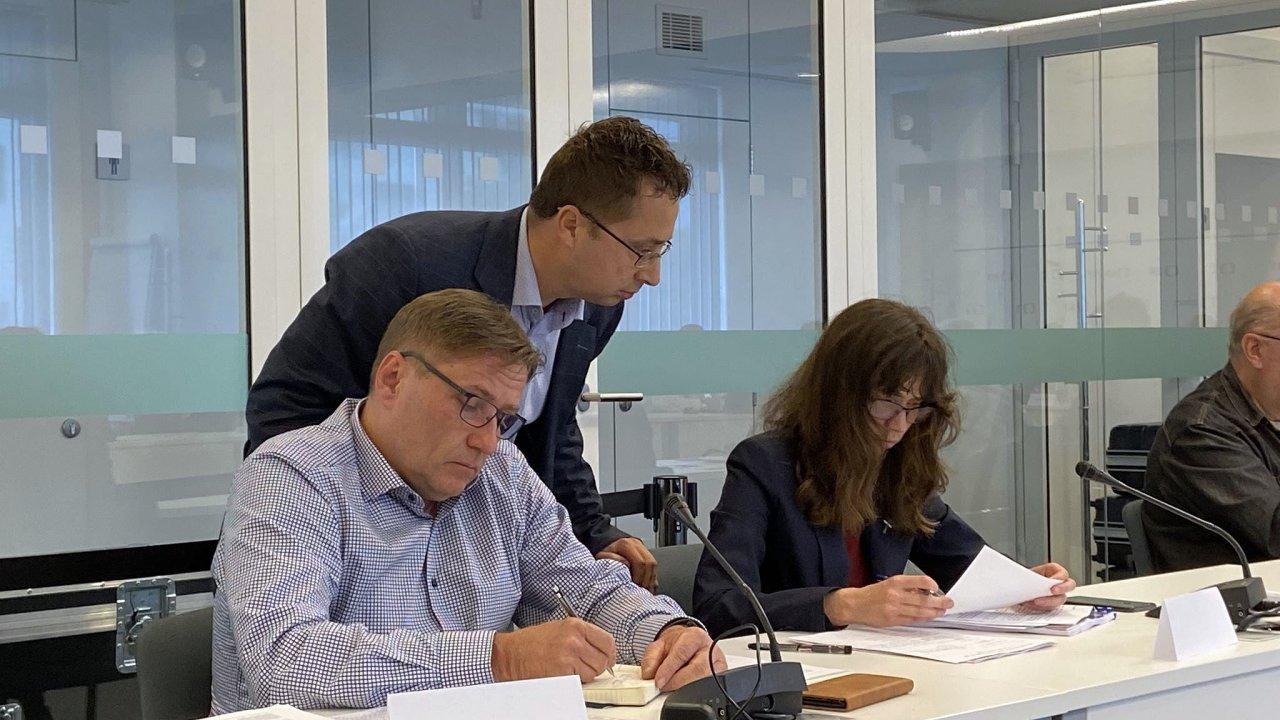 Zleva členové Rady ČT Roman Bradáč, Pavel Matocha a Hana Lipovská na zasedání 24. června 2020.