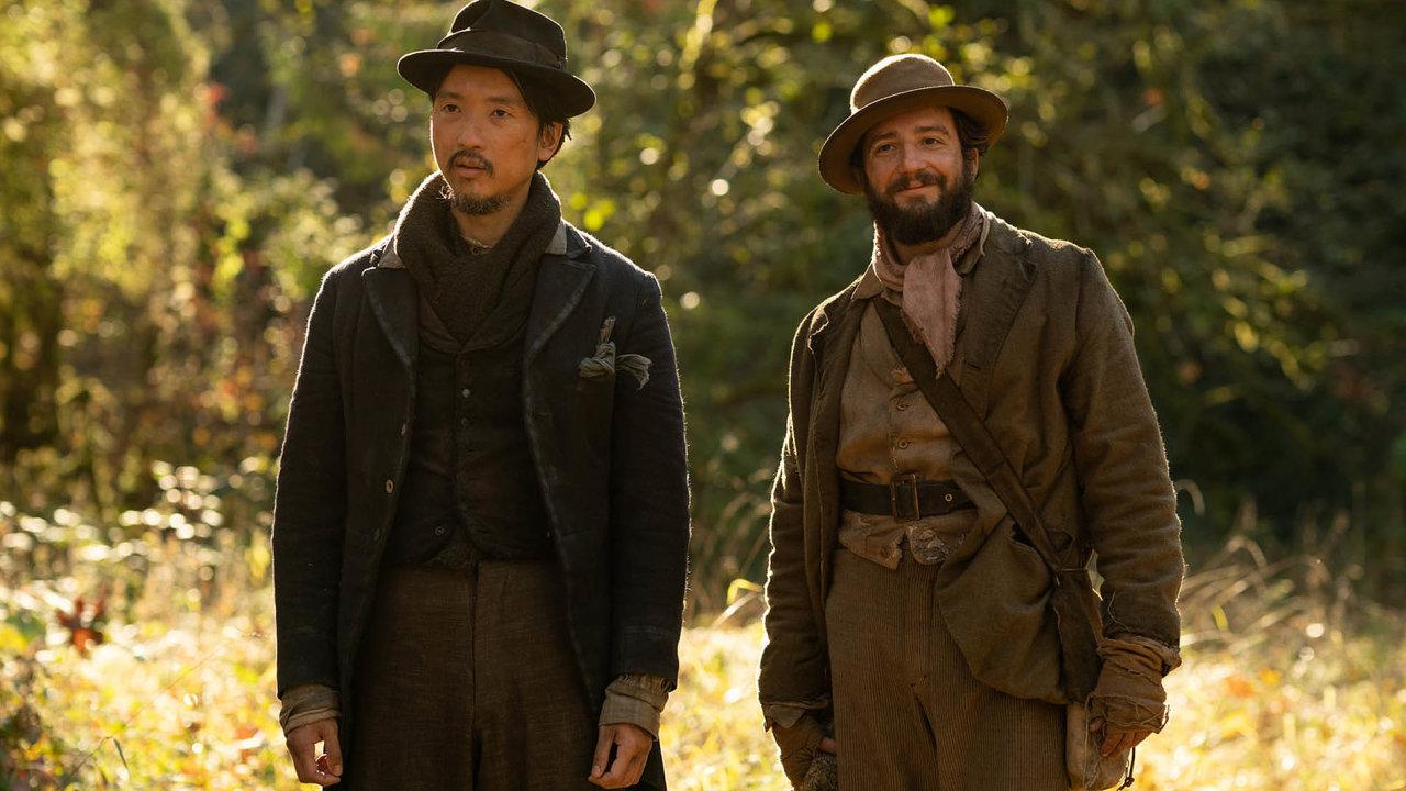 Orion Lee (vlevo) a John Magaro nehrají chlapáky s přesnou muškou a pěstí ze železa, jak bývá ve westernech zvykem. Film spíš nabízí dojemné scény tichého souznění mezi dvěma muži.