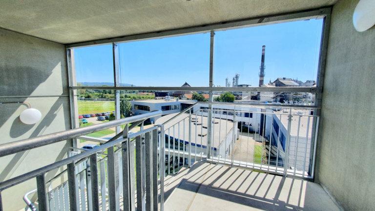 Pohled z prosklené schodišťové věže na administrativní zázemí firmy GOLDBECK