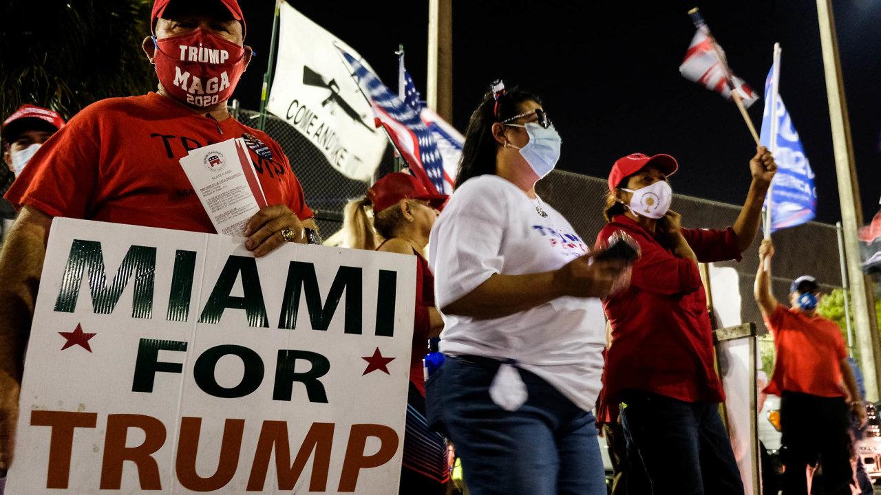 Jsme pro Trumpa: Příznivci Donalda Trumpa během volebního dne vMiami naFloridě. Vjednom zklíčových států dokázal Trump přilákat voliče původem zLatinské Ameriky.