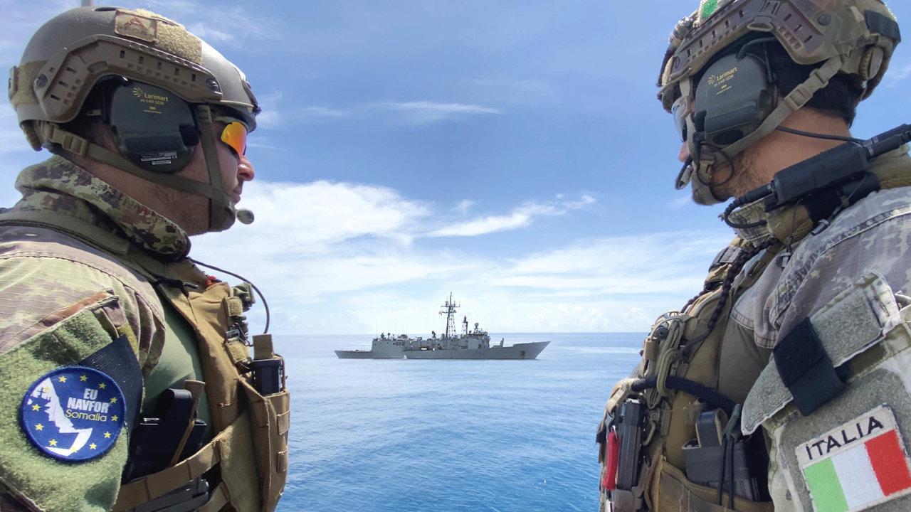 Evropské síly namoři. Námořní operace Evropské unie Atalanta napomezí Arabského moře a západního Indického oceánu je zaměřena naboj spiráty aozbrojenými vyděrači zeSomálska.