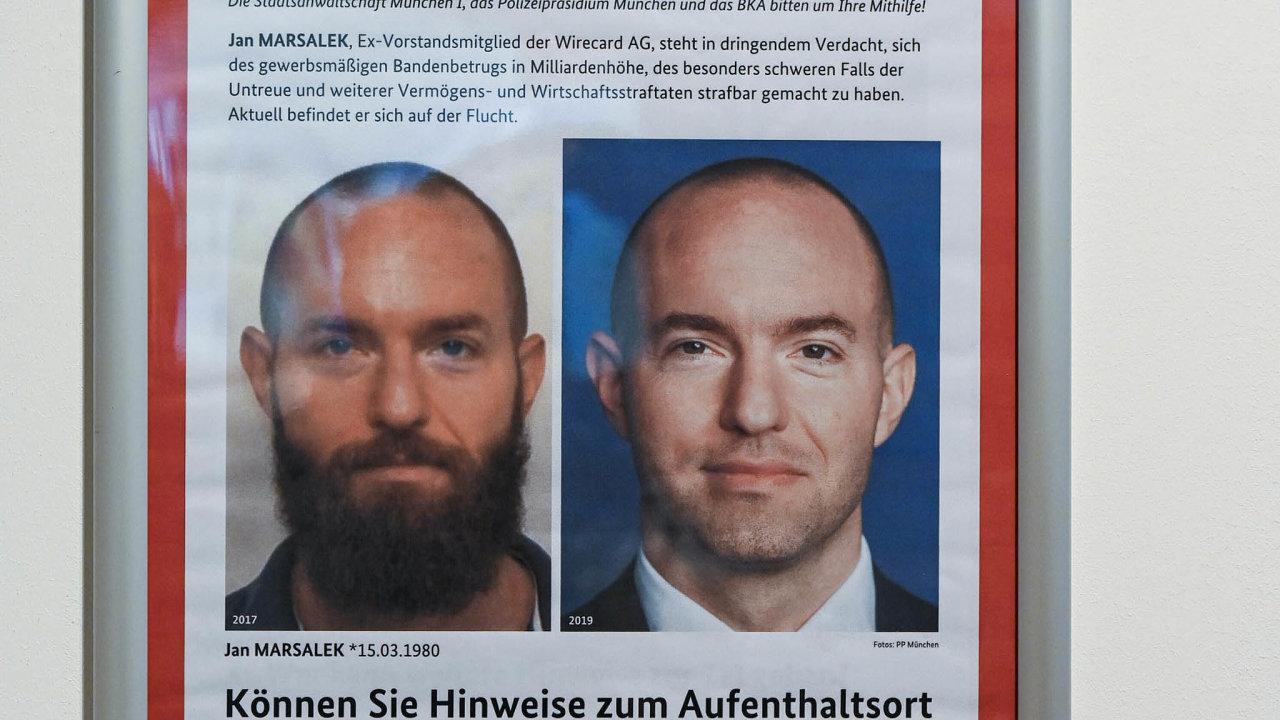 Podvod zamiliardy. Bývalý manažer Wirecard Jan Maršálek je naseznamu nejhledanějších osob, ponichž pátrá Interpol. Nasnímku zloňského srpna je plakát naletišti vHamburku.