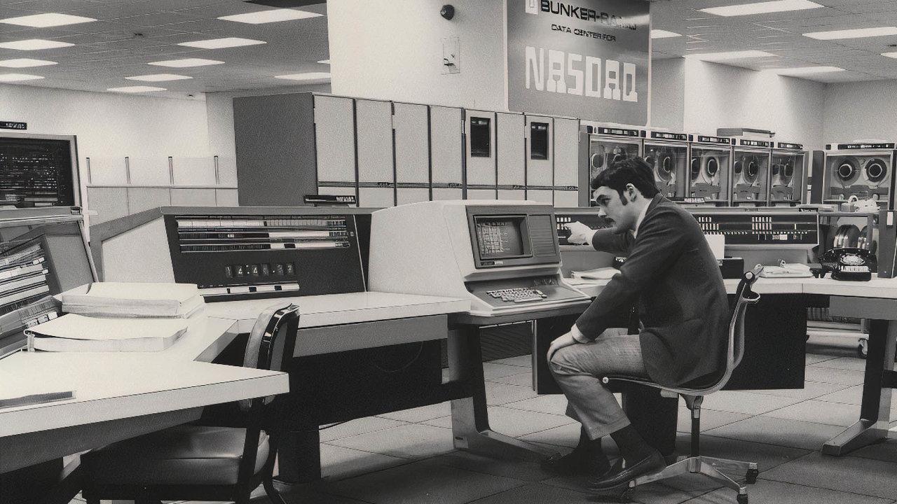 Nová doba. Žádný rej makléřů azmatené příkazy. Jen výkonný počítač, soustavně inovovaný software aoperátor. Upočátku byl Nasdaq.