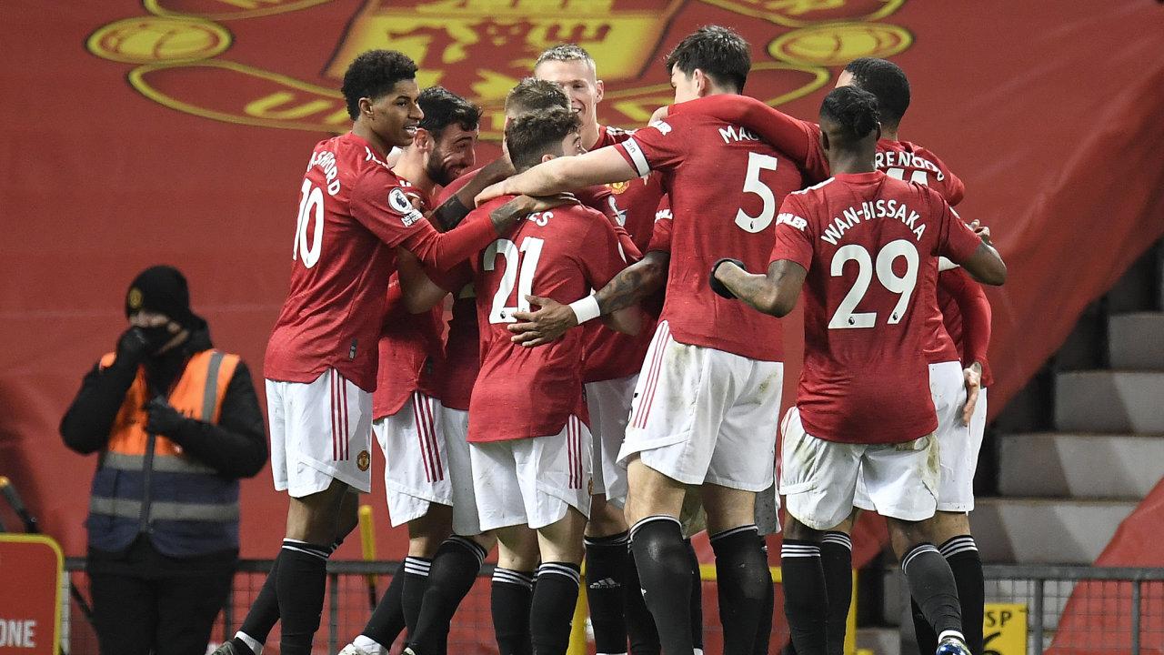 Hráči Manchesteru United oslavují vstřelení gólu West Hamu United na stadionu Old Trafford.