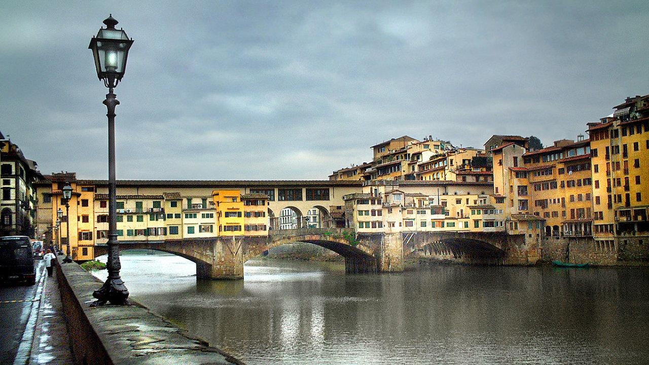 Jedním symbolů Florencie je most Ponte Vecchio. Nachází se přímo v srdci toskánského hlavního města a je zastavěný domy.