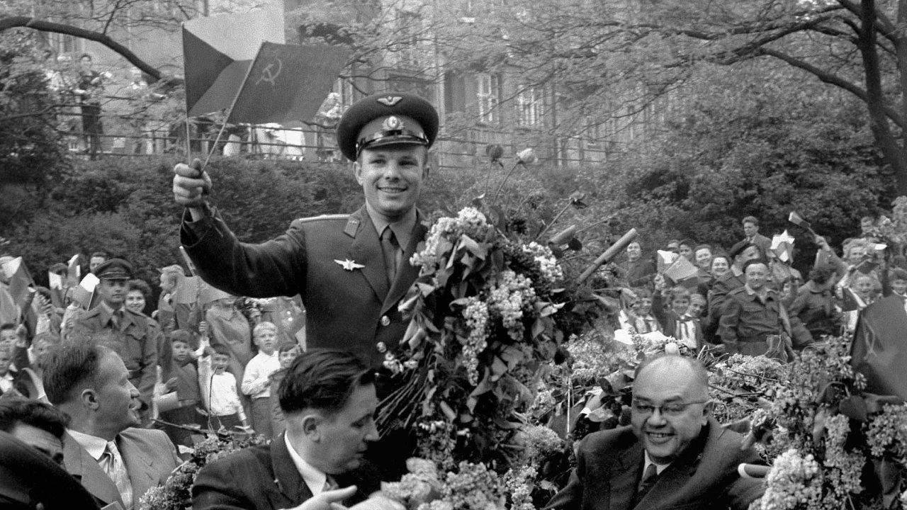 Jurij Gagarin. Dvacátého osmého dubna 1961 Praha triumfálně uvítala hrdinu. Šlo oprvní Gagarinovu zahraniční cestu ponávratu zvesmíru. Alidé byli upřímně nadšeni.