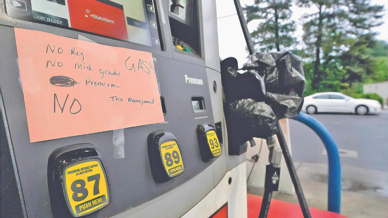 Kvůli nedávnému útoku na společnost Colonial Pipeline, provozovatele obří palivové sítě v USA, došlo k zastavení zásobování 12 tisíc čerpacích stanic benzinem a naftou a vyhlášení stavu nouze.