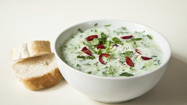 Natrouhané okurky zalité zředěným jogurtem nebo podmáslím jsou v letních parnech velmi osvěžující.