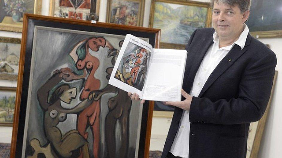 Majitel Galerie Kodl Martin Kodl s obrazem Emila Filly Tři Grácie.