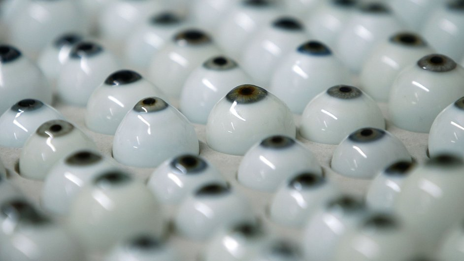 Ruční výroba očních protéz.