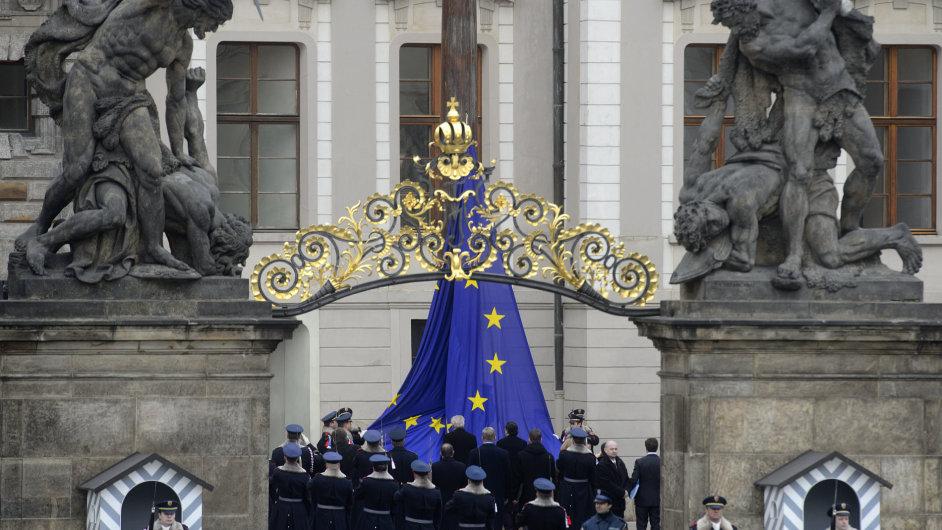 Miloš Zeman a José Barroso při vztyčování evropské vlajky na nádvoří Pražského hradu