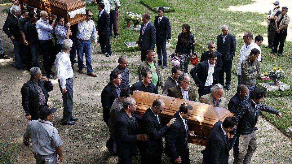 Pozůstalí nesou rakev zavražděné Moniky Spearové a bývalého manžela Thomase Berryho.